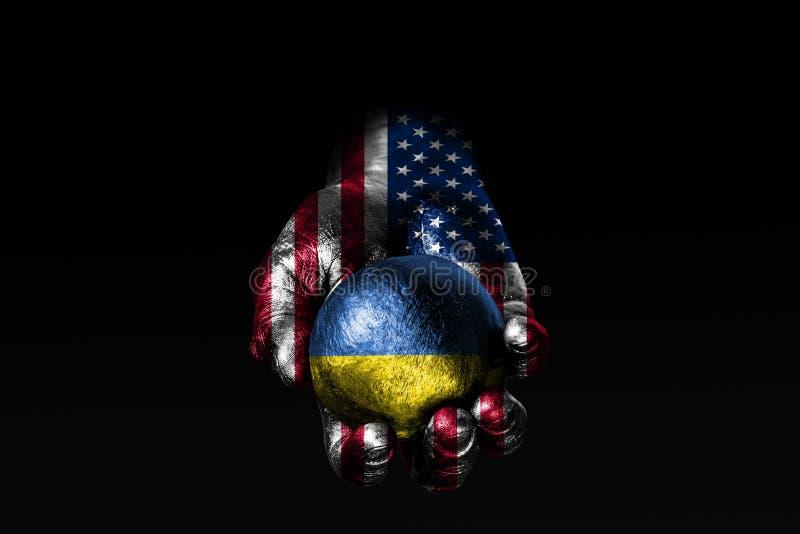 En hand med en utdragen USA flagga rymmer en boll med en utdragen Ukraina flagga, ett tecken av påverkan, tryck eller beskydd och royaltyfri illustrationer