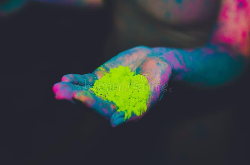 En hand mycket av Holi pulver arkivfoton