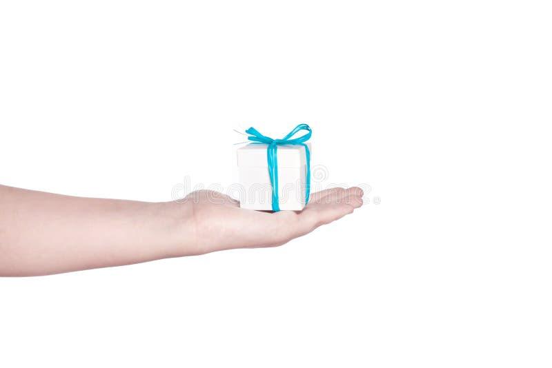 En hand som rymmer en liten vit ask arkivbilder