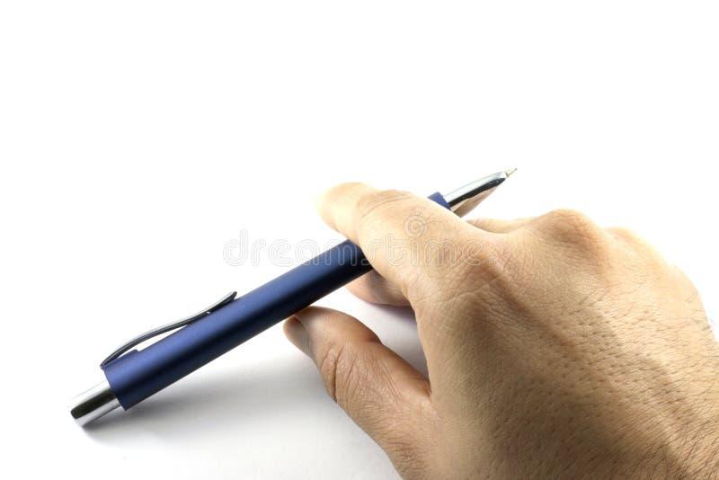 En hand som rymmer en penna för bollpunkt royaltyfri bild
