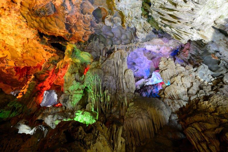 En Hang Sung Sot (gruta de la sorpresa), bahía de Halong foto de archivo libre de regalías