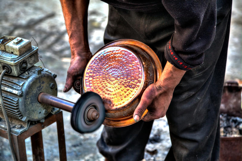 En hantverkare i kungarikestaden Fes i Marocko royaltyfri fotografi