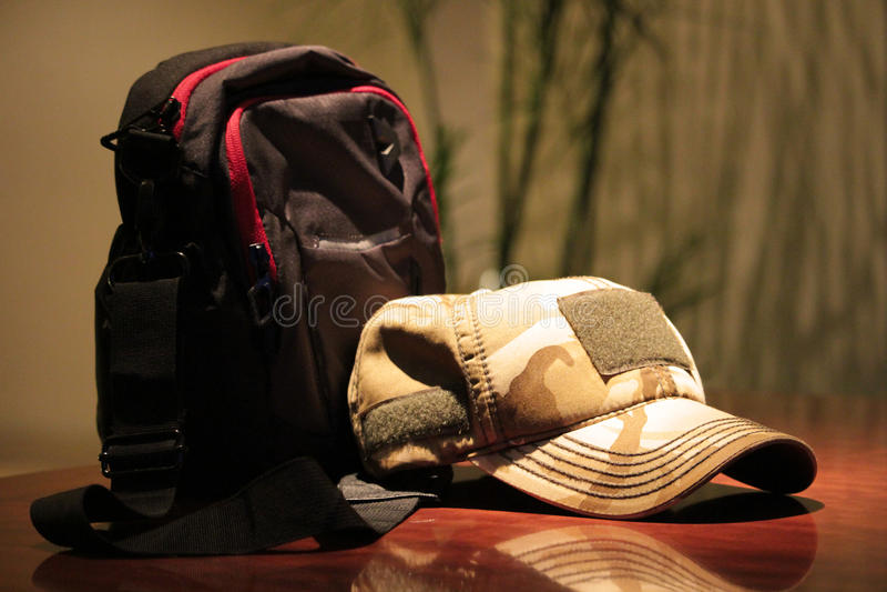 en hatt på kafétabellen royaltyfria bilder
