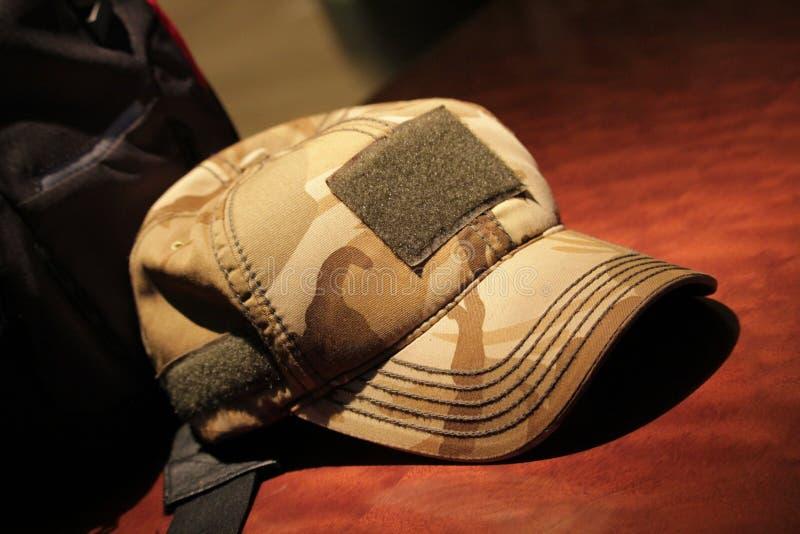 en hatt på tabellen royaltyfria foton