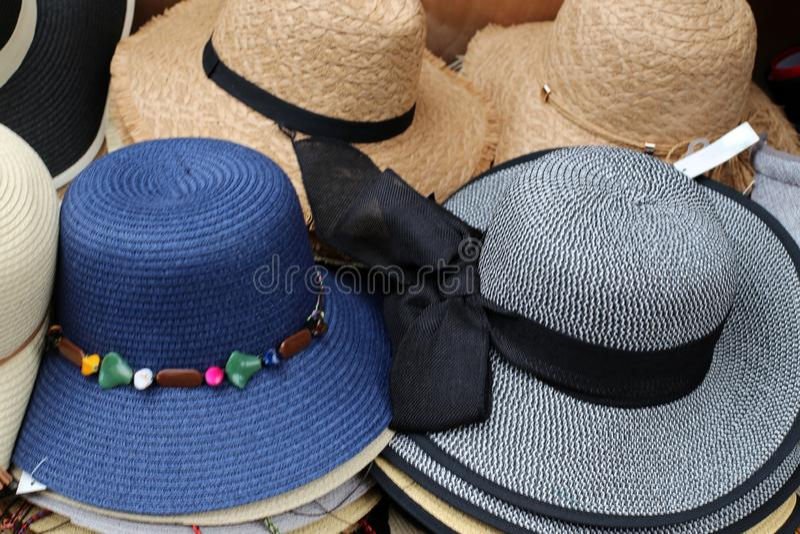 En hatt ?r en hatt med en svans och vanligt med ett br?tte royaltyfria foton