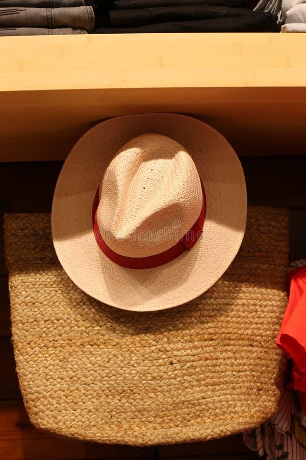 En hatt ?r en hatt med en svans och vanligt med ett br?tte royaltyfria bilder
