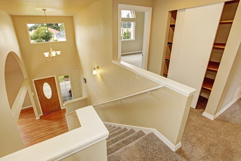 en haut couloir avec l 39 escalier vue panoramique image stock image du upstairs neuf 45443679. Black Bedroom Furniture Sets. Home Design Ideas