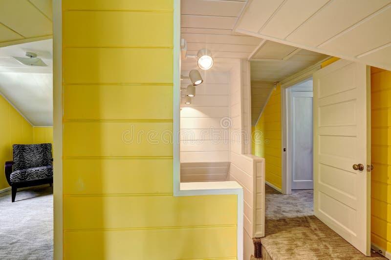 en haut couloir avec le mur jaune lumineux image stock image du upstairs lumineux 45737303. Black Bedroom Furniture Sets. Home Design Ideas