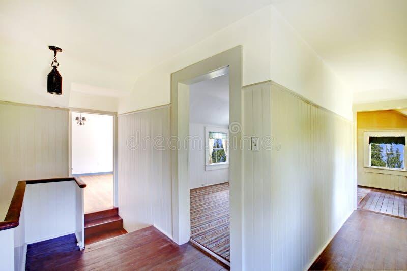 En haut couloir avec le plancher en bois dur et l'escalier photos stock