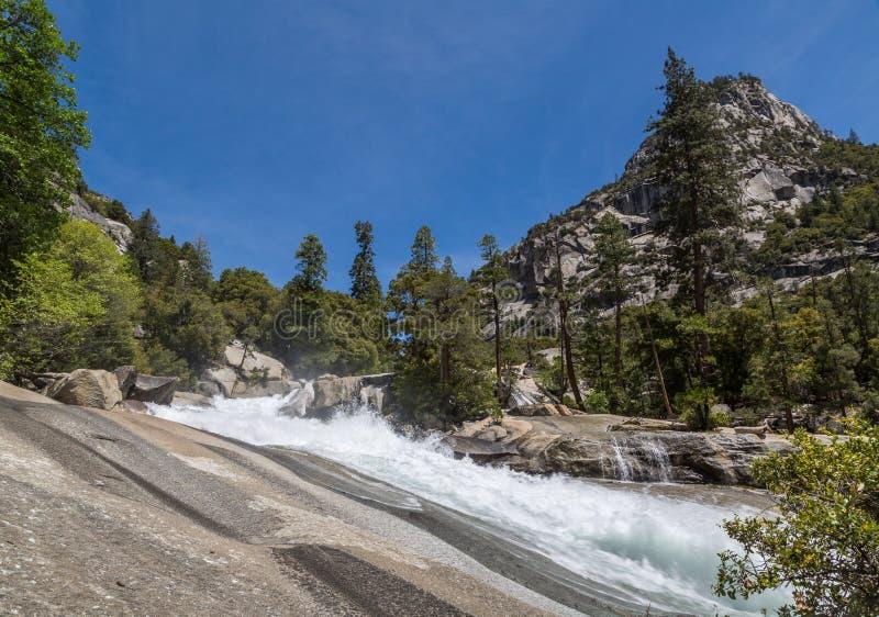 En haut des automnes de brume, les Rois Canyon, CA photographie stock libre de droits