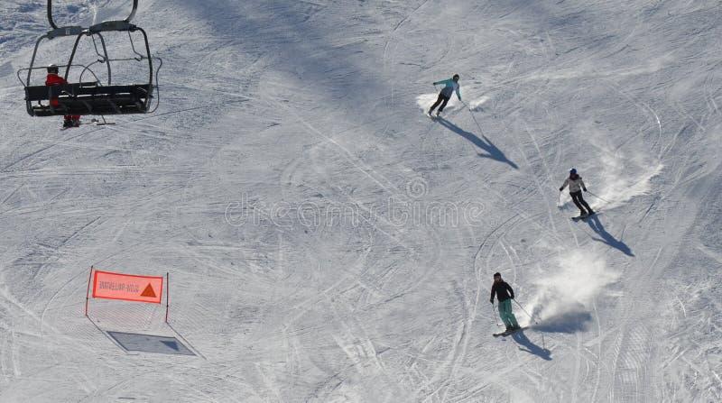 En haut et en bas sur la piste de ski photos stock