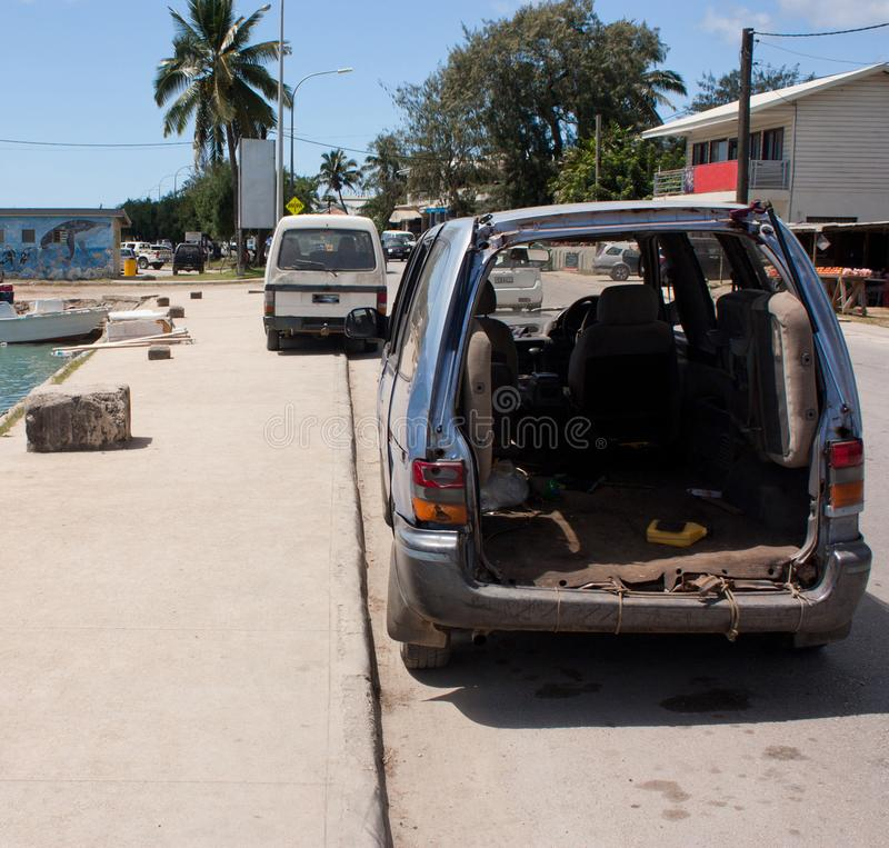 En haveri av en bil i en gata i den tropiska Tonga royaltyfri foto