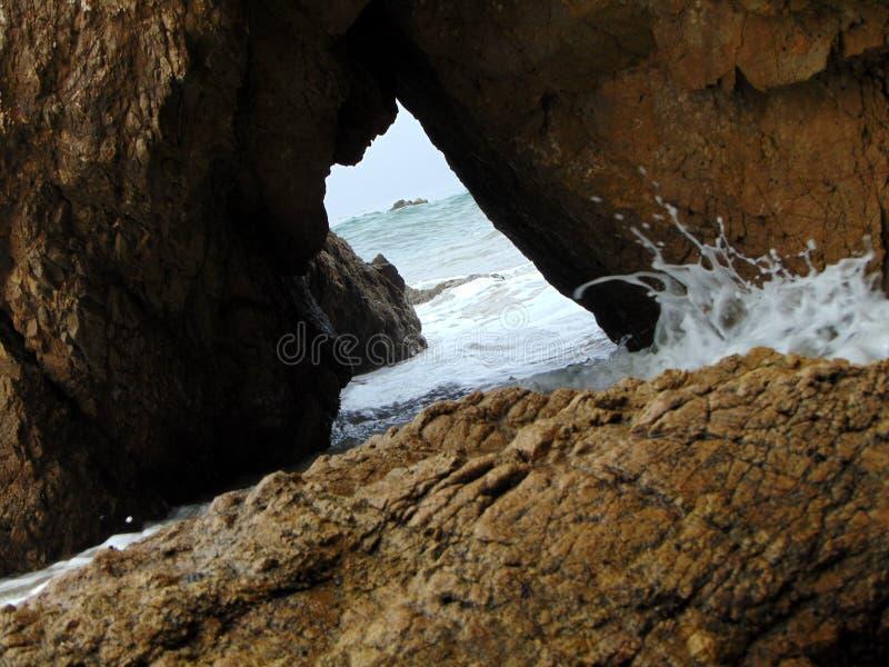 En havsgrotta i Malibu fotografering för bildbyråer