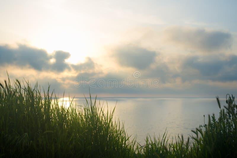 En havssolnedgång från kullen royaltyfria bilder