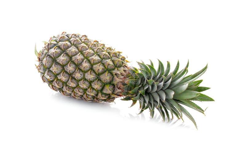 En hel ananas med gr?splansidor som isoleras p? vit bakgrund med den snabba banan arkivbild