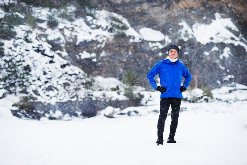 En hellång stående av anseendet för hög man efter den inkörda vinternaturen fotografering för bildbyråer