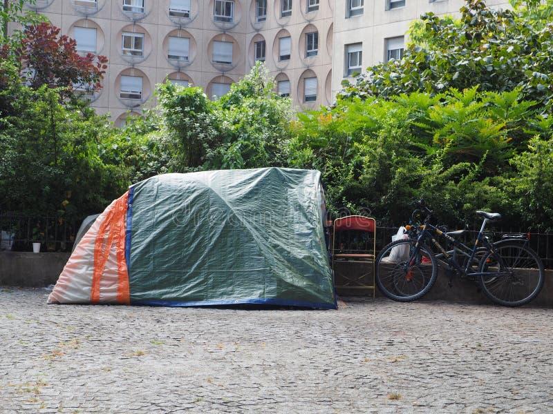 En hemlös person sover under ett tält arkivfoto