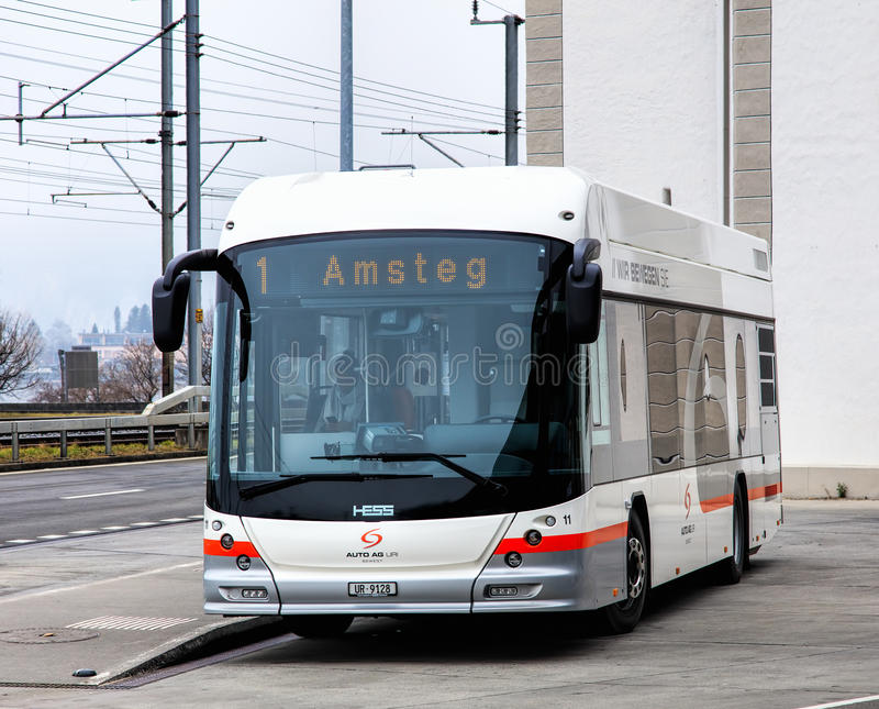 En Hess buss i Fluelen, Schweiz royaltyfri bild