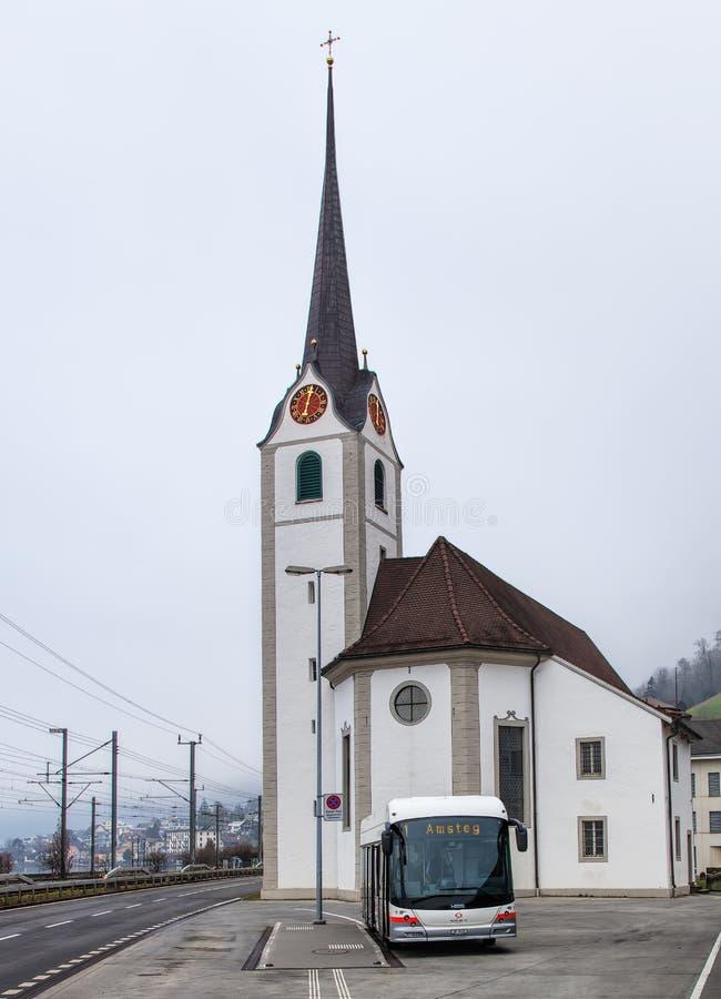 En Hess buss i Fluelen, Schweiz royaltyfria bilder