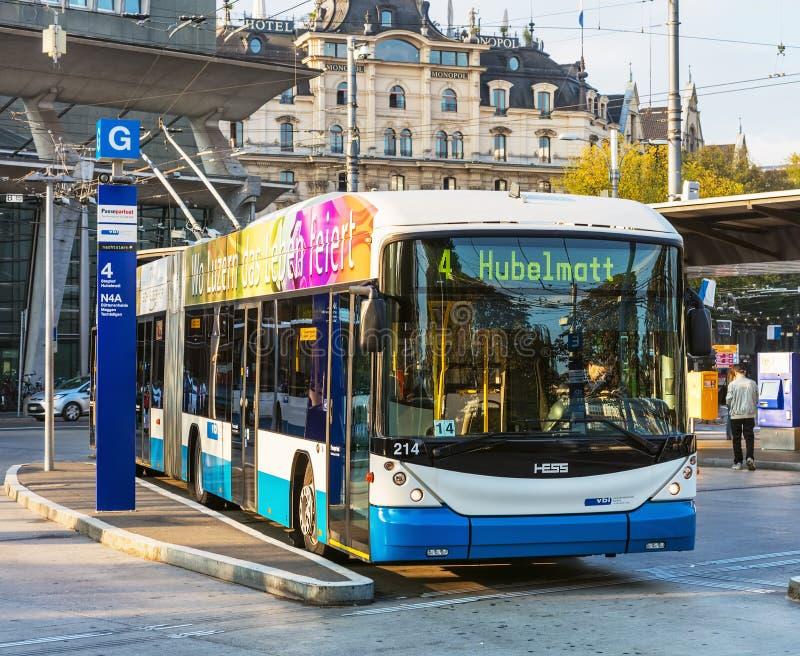 En Hess trådbuss i staden av Lucerne, Schweiz royaltyfria foton