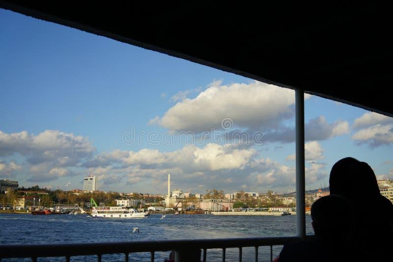 En hijab, stad och havet royaltyfri bild