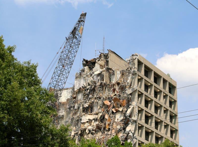 En himmelScrapperbyggnad som demoleras arkivbilder