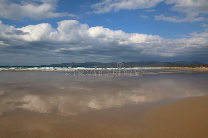 En himmelspegel för sen eftermiddag under lågvatten, i den avlägsna Narawntapu nationalparken, Tasmanien norrkust fotografering för bildbyråer
