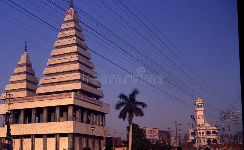 En hinduisk tempel & en moské på Patna, Indien arkivfoton