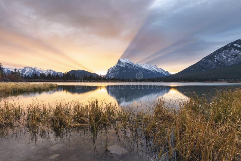 En hisnande soluppgång över Mten Rundle nationalpark på cinnoberfärg för sjöarna, Banff, Alberta, Kanada arkivfoto