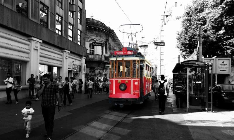 En historisk tramcar på den Ä°stiklal avenyn i Istanbul royaltyfri fotografi