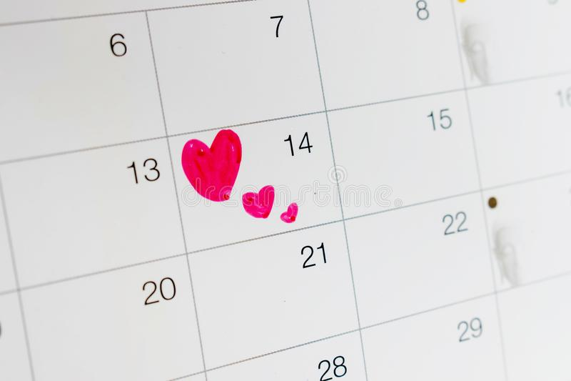 En hjärta på kalenderdatumet Februari 14 arkivfoto