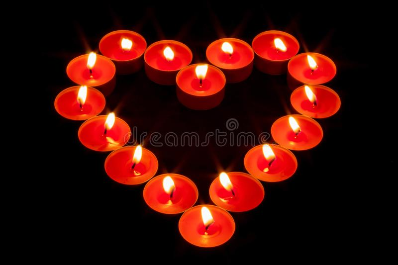 En hjärta som göras med röda stearinljus arkivbild