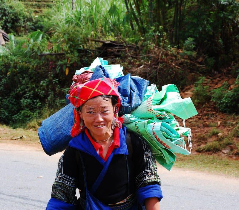 En Hmong kvinna på den lantliga vägen på den Sapa staden, nordliga Vietnam arkivbilder