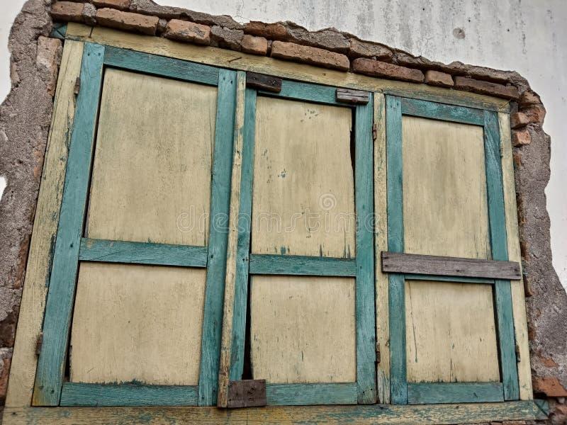 En hogares con las ventanas viejas puede ser recomendado para el fondo foto de archivo