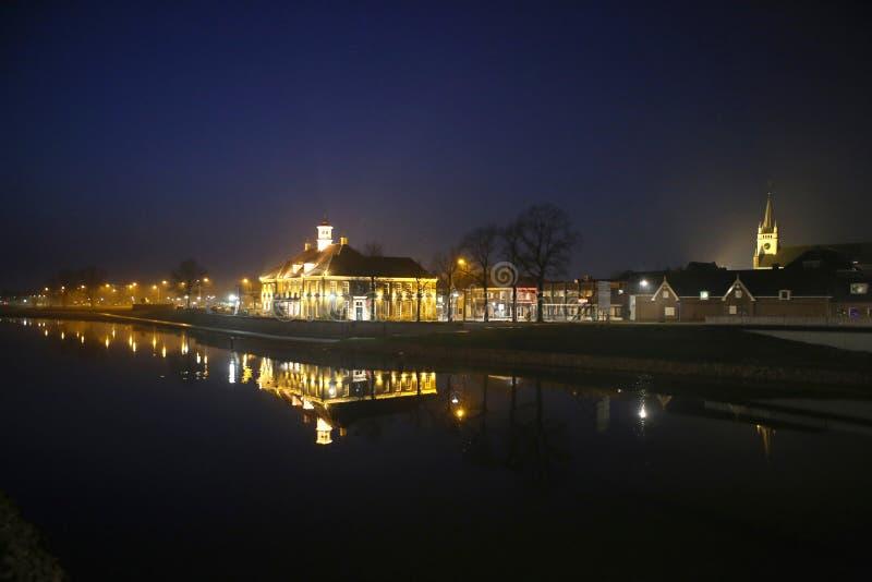 En holländsk stad vid natt royaltyfria foton
