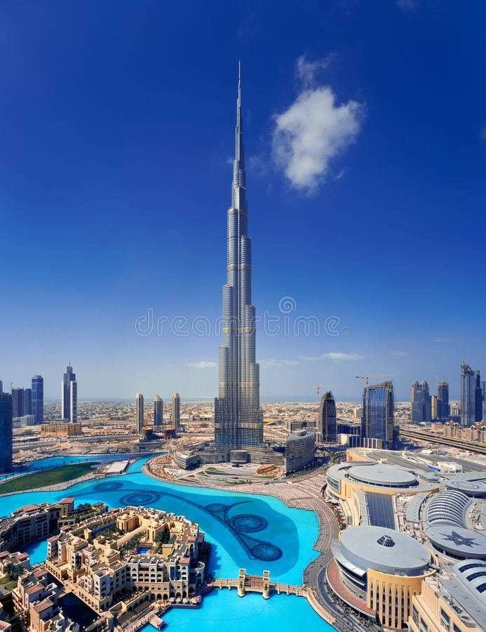 En horisont av i stadens centrum Dubai med Burjen Khalifa arkivfoto