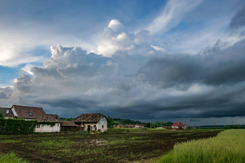 En hota seende storm ovanför de gröna fälten av den Mures dalen, Rumänien royaltyfri foto