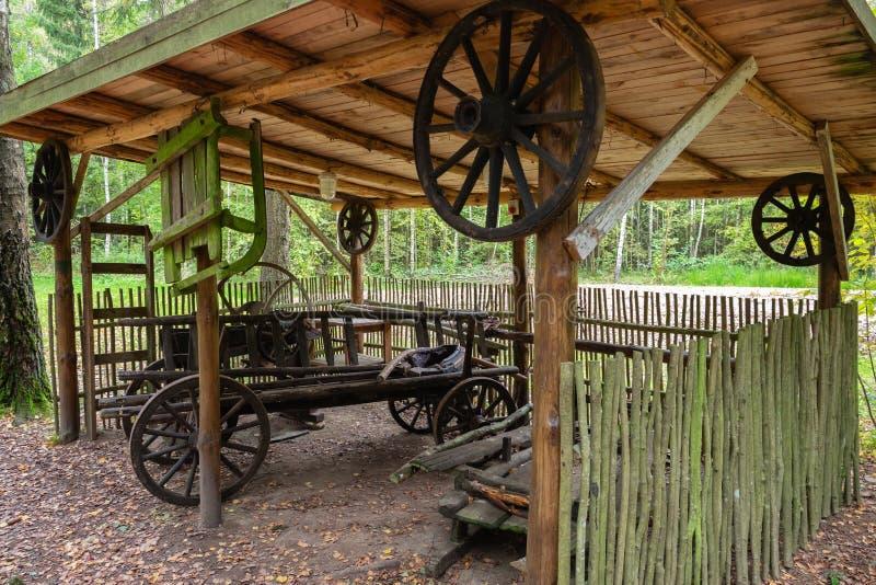 En hushållbyggnad på territoriet av det militära historiska komplexa Partizanen lägret i ‹för †för Stankovo village, Vitryss royaltyfri bild