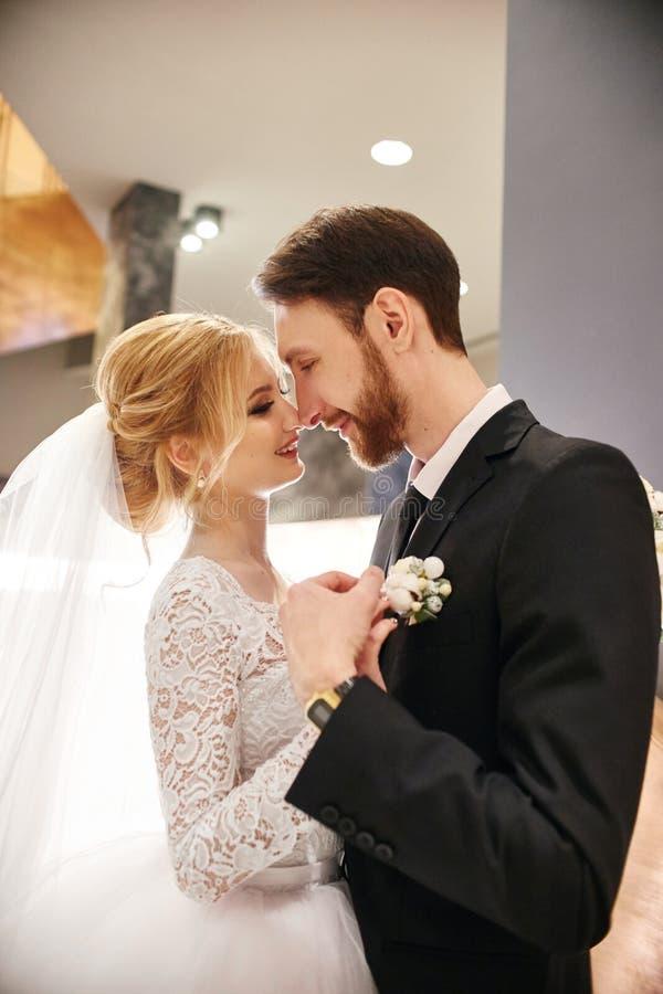 En huwelijkspaar die, de eerste dag van het leven samen koesteren kussen Bruid en bruidegom na huwelijksceremonie, mooie paarlief stock fotografie