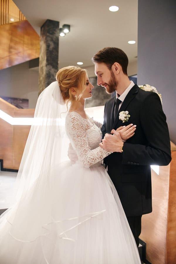 En huwelijkspaar die, de eerste dag van het leven togeth koesteren kussen royalty-vrije stock foto's