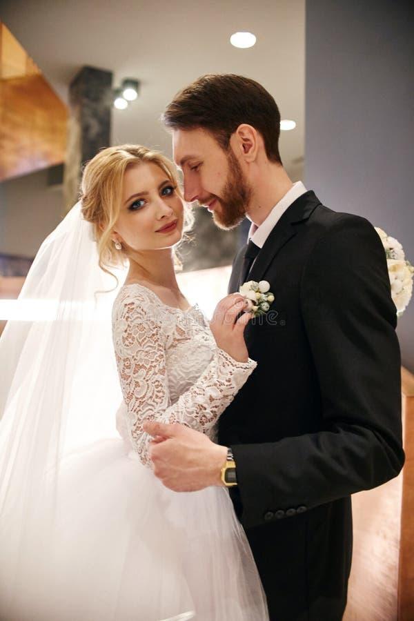 En huwelijkspaar die, de eerste dag van het leven togeth koesteren kussen royalty-vrije stock afbeeldingen