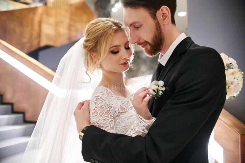 En huwelijkspaar die, de eerste dag van het leven togeth koesteren kussen stock fotografie