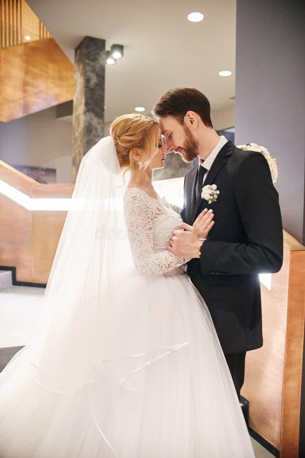 En huwelijkspaar die, de eerste dag van het leven togeth koesteren kussen royalty-vrije stock fotografie