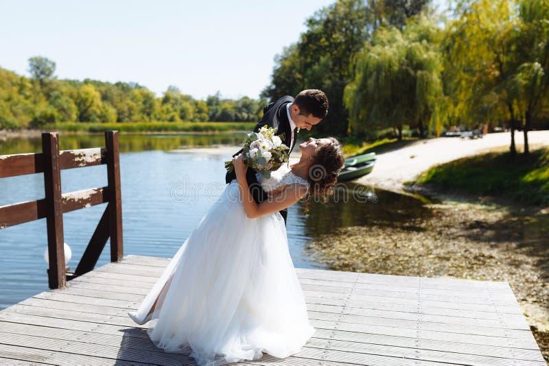 En huwelijkspaar die koesteren kussen Zeer mooi huwelijk van het verbazen van paar royalty-vrije stock foto