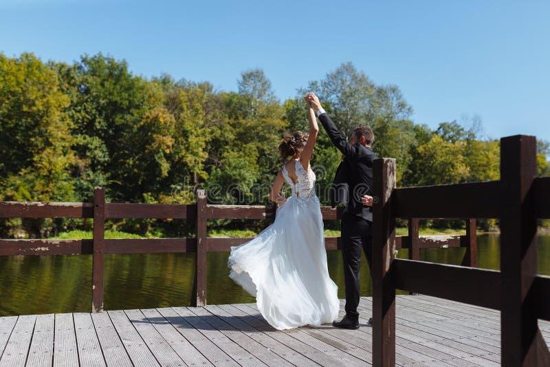 En huwelijkspaar die koesteren kussen Zeer mooi huwelijk van het verbazen van paar stock fotografie