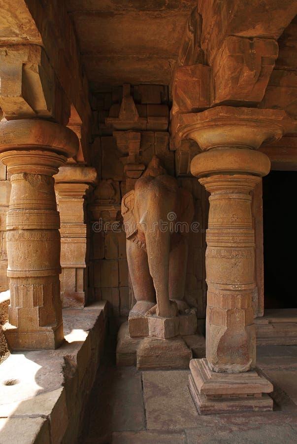 En i naturlig storlek elefantryttare som flankerar dvaraen-bandha, Jain tempel som är bekant som Jaina Narayana, Pattadakal, Karn royaltyfri fotografi