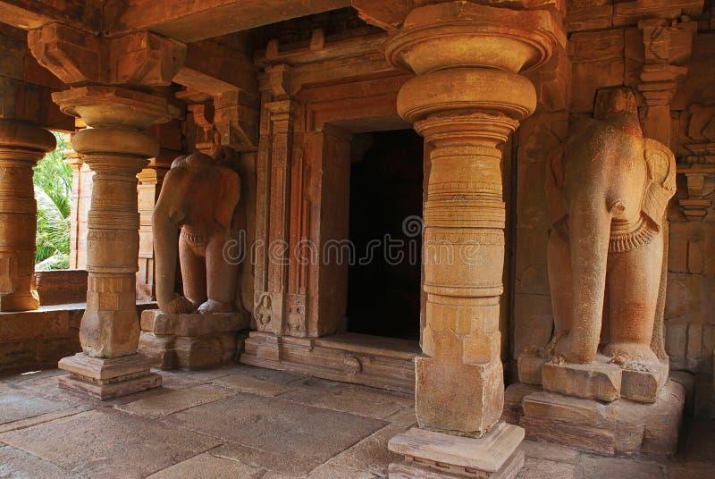 En i naturlig storlek elefantryttare som flankerar dvaraen-bandha, Jain tempel som är bekant som Jaina Narayana, Pattadakal, Karn royaltyfria bilder