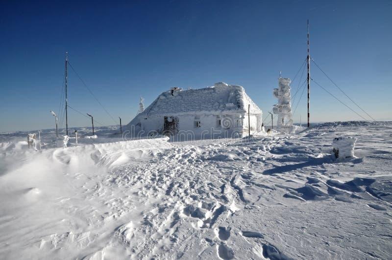 En ice-covered meteorological station arkivbild