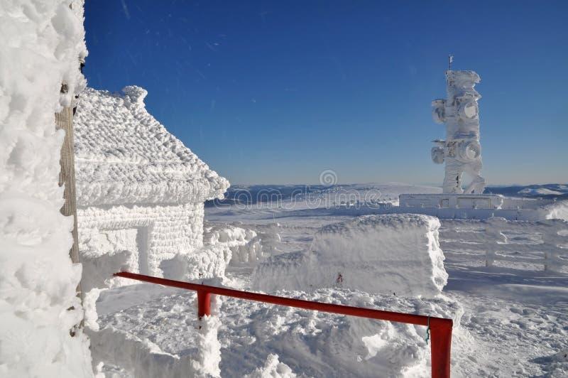 En ice-covered meteorological station arkivfoton