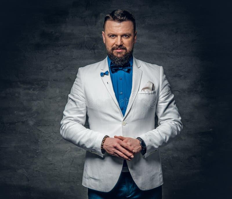 En iklädd man en blå skjorta, ett vitt omslag och en fluga royaltyfria foton